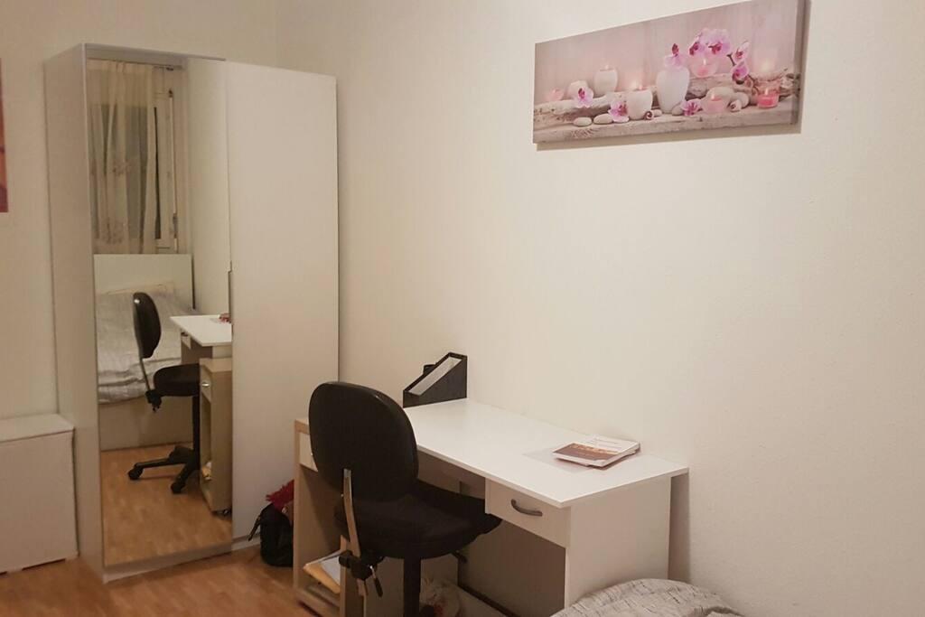Une armoire + un bureau