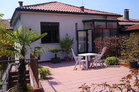独门独户二层楼的舒适房屋,带二房一厅一卫一厨,另带独立70平方米大露台 - Padua - Wohnung