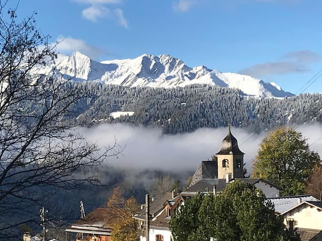 Aussicht übers Dorf in die Berge