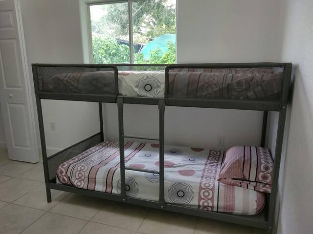 2H -  Single Bed near airport :) - Miami - Casa