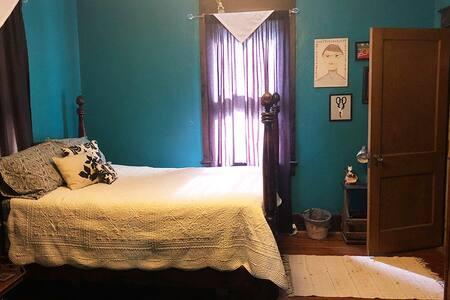 Artsy Private Bedroom Near Historic Park & Town