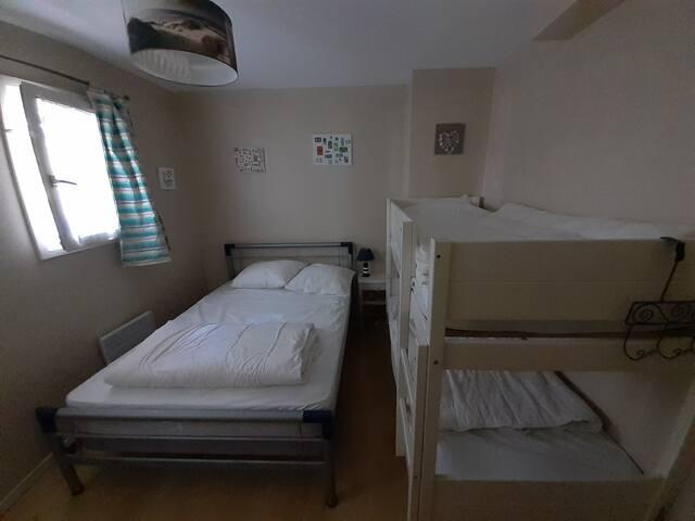 1ère chambre : Un lit double (140cm X 190cm) et un lit superposé (90cm X 90cm) + une armoire de rangement