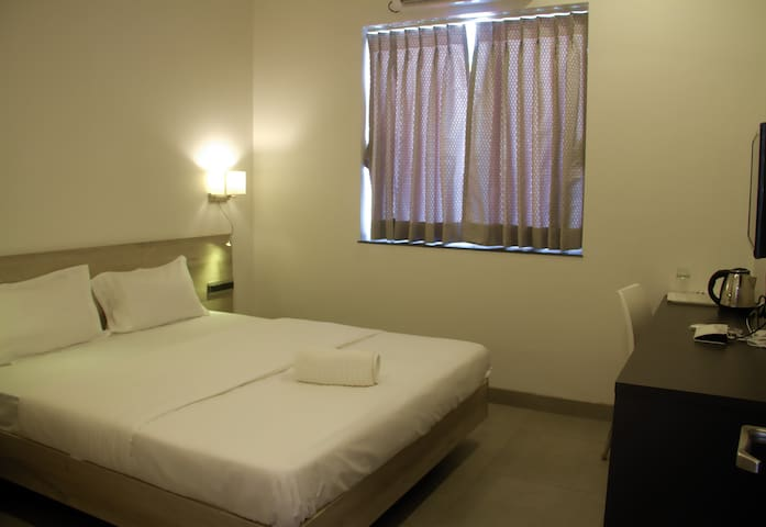 AC Deluxe Room 300 meters from the Railway station