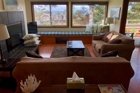 Cannon Beach Condo ocean views 1.5 blocks to beach