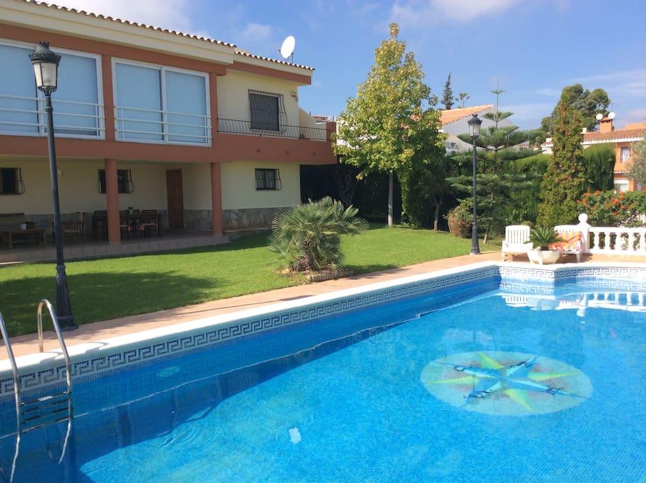 Grandioso  Chalet ,  zona  tranquila  de  Peñiscola,  a  1 km  del centro  y  playas,  dispone  de  piscina   y  pista  de  padel  privadas,  con  cuatro  dormitorios  dobles,  amplias  terrazas interiroes y  esteriores, cocina  garaje, barbacoa, jardin, etc......