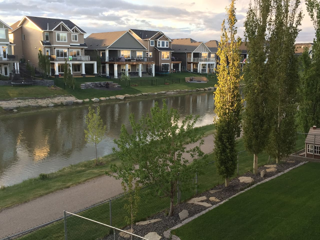 Gorgeous three bedroom home backing onto walking path, and canal! A true vacation home retreat! Whether you like canoeing, fishing, or beautiful strolls down the water side, this is the place for you! Beautiful chef dream kitchen, hand scraped hardwood floors, and beautiful south facing windows with water view.
