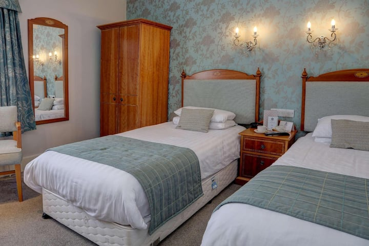 Essential and Business Travel Only: Majestic Double Two Beds At Brighton
