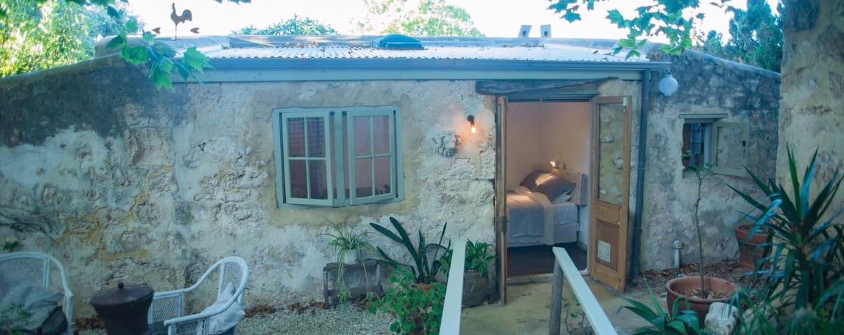 The Washhouse .. an 1893 limestone cottage - South Fremantle - House