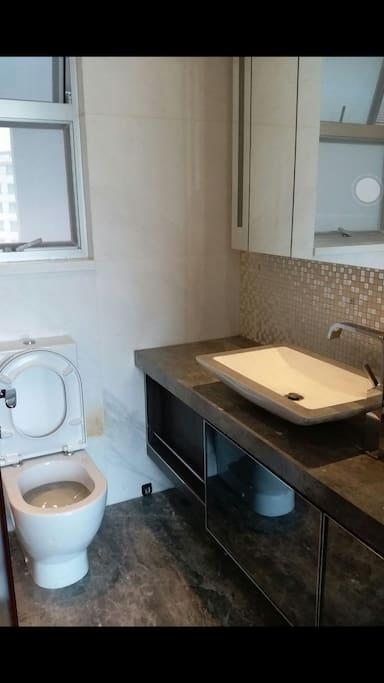 酒店公寓式洗手间,洗澡水量超大