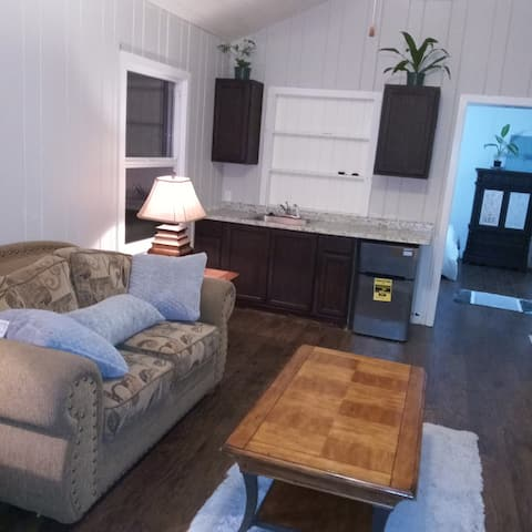 Beautiful 1 bedroom Cottage Suite Home Sweet Home