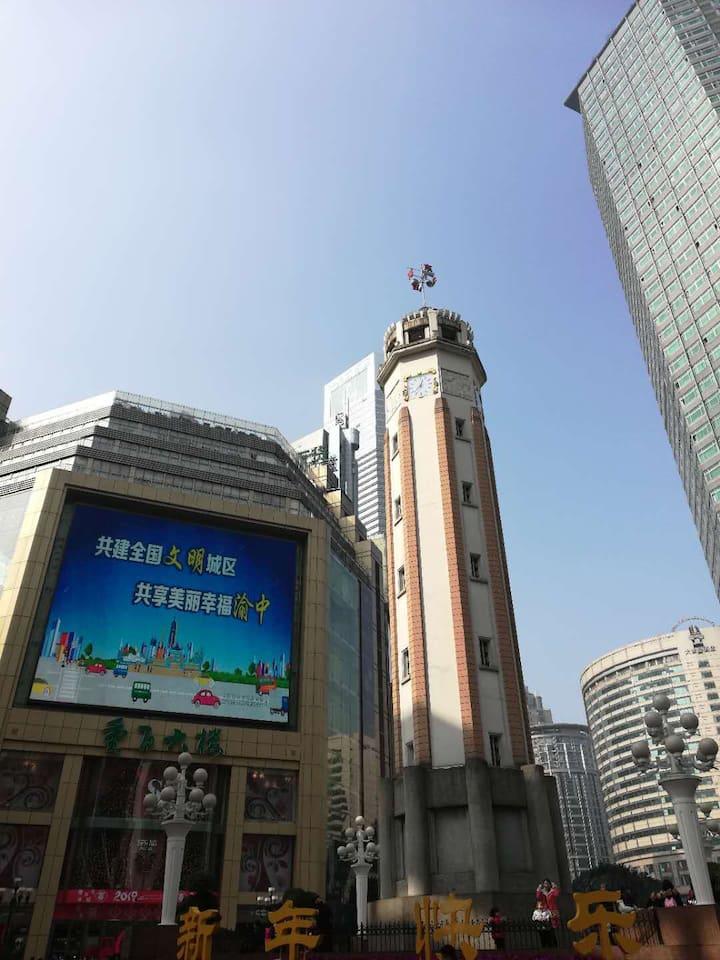 我们将从解放碑出发,领略重庆最具历史风味和现代气息的标志性地区