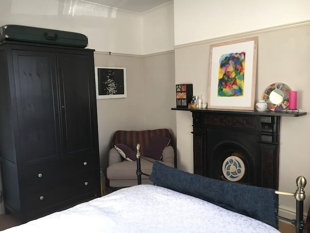City centre-Kingsize room in Victorian townhouse