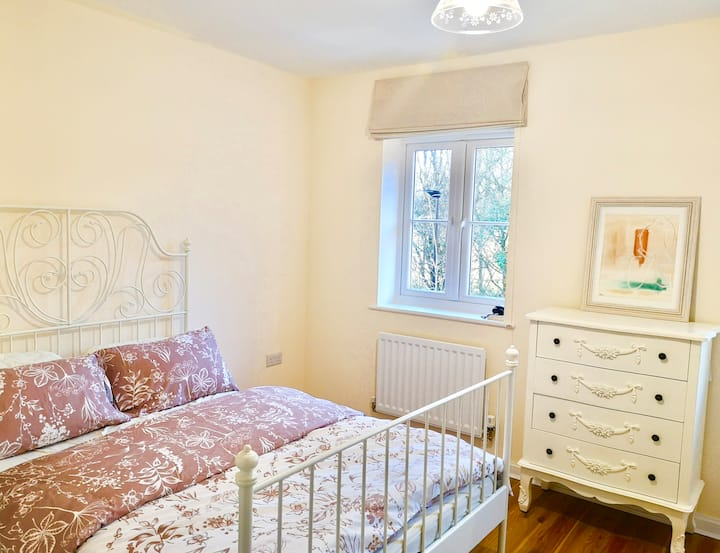 Beautiful Double Room, Private Bathroom & Parking.
