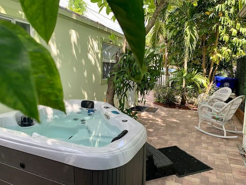 Lovely Cottage with Private Jacuzzi Patio &Parking