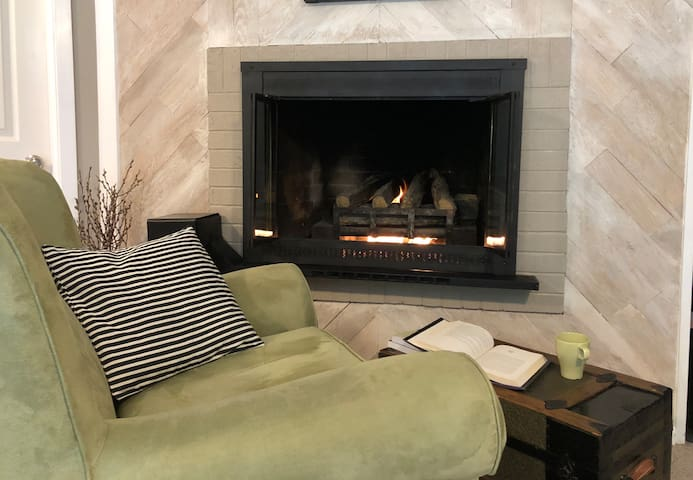 Sunnyslope Retreat - Private Entry, AC & Fireplace