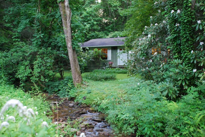 Cabin by a creek. Close to Brevard. - Pisgah Forest - Haus