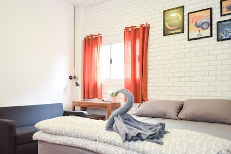 The Garage: Double Room1 Free WiFi+Breakfast - Muang