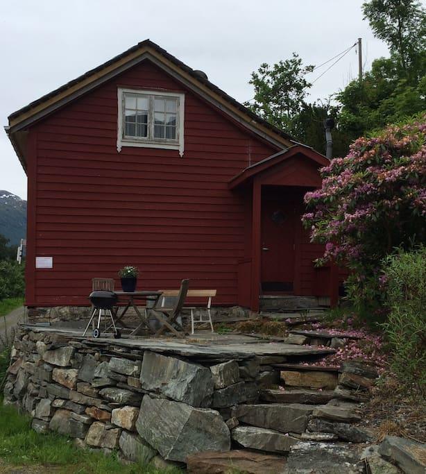 Huset frå sørsida. Utsiktsplass med grill