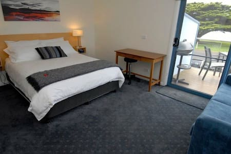 Queen Suite - beautiful sea views! - Portland