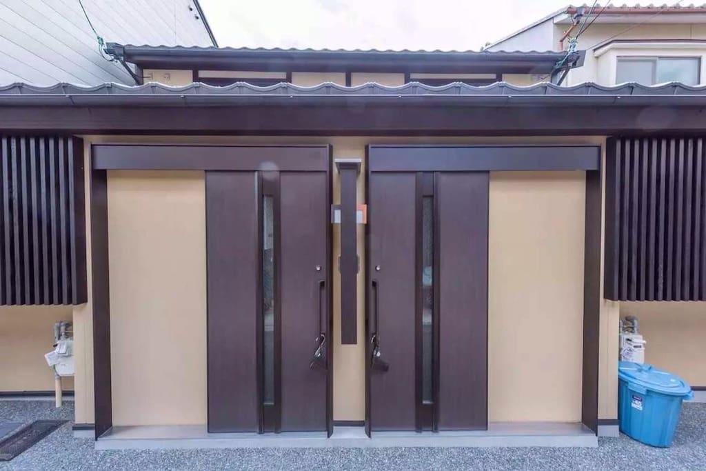 步行到北野天满宫只需5分钟路程,临近京都最老的花街--上七轩,旅途之后回到家中,坐在榻榻米的桌前,喝茶聊天,计划明天的行程,是多么的惬意。日式庭院,温馨的榻榻米,现代化的设施,将使您的入住更加舒适。