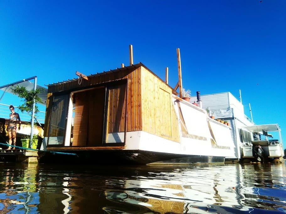 Maison flottante maupiti boats for rent in b gles for Maison flottante
