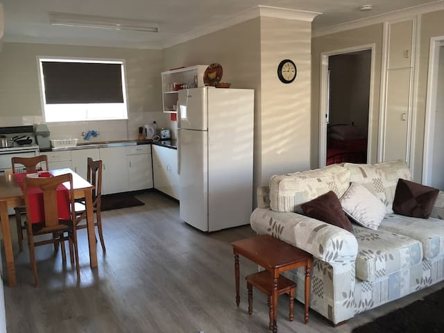 Self contained unit in Harristown - Harristown - Huoneisto