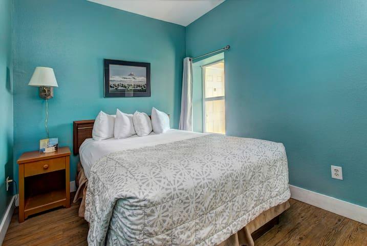 Queen bedroom in the center of Seaside