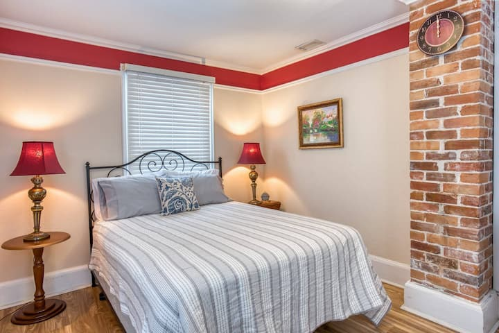 New!! Victorian Apartment Steps to Old City Attractions, Restaurants! Free Parking, 10 min. to beach