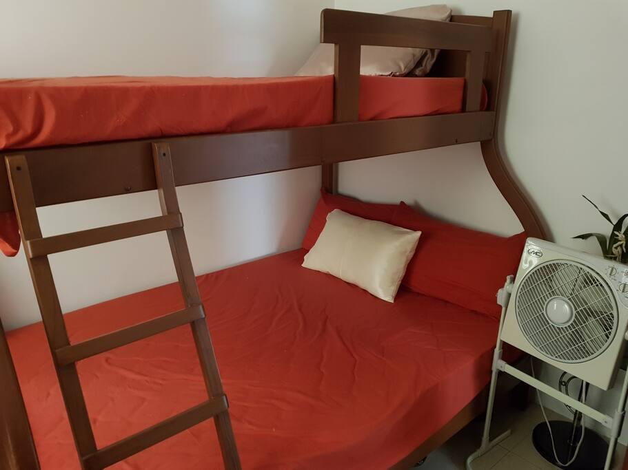 Litera en madera, comoda en una habitacion privada, esta habitacion cuenta con aire acondicionado.