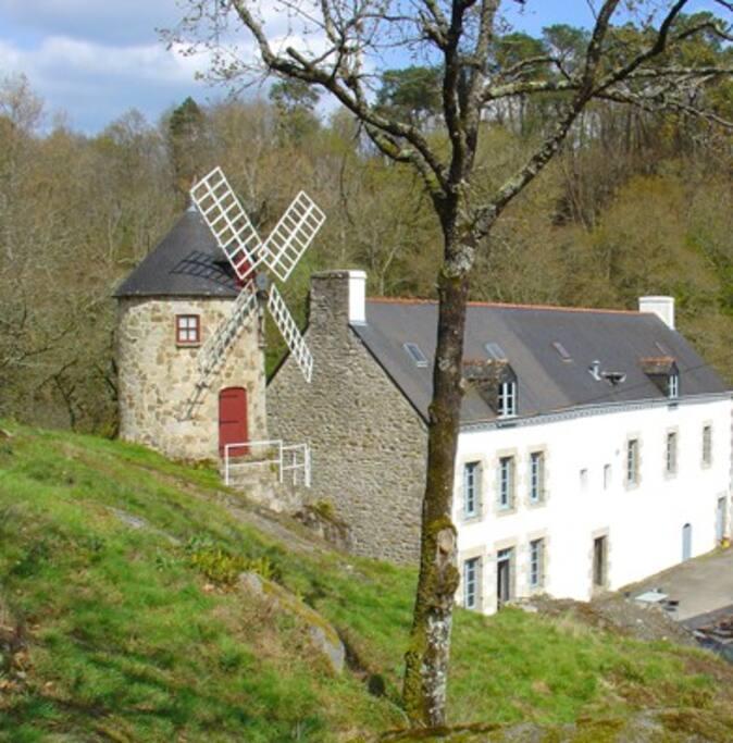 Vue de la minoterie depuis les rochers de la propriété
