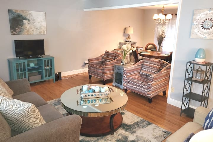 St. Charles Luxury Family Oasis! Pets Welcome