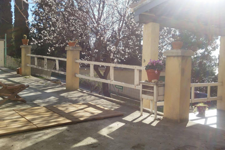 Terrasse avec barbecue, transats, table pour manger