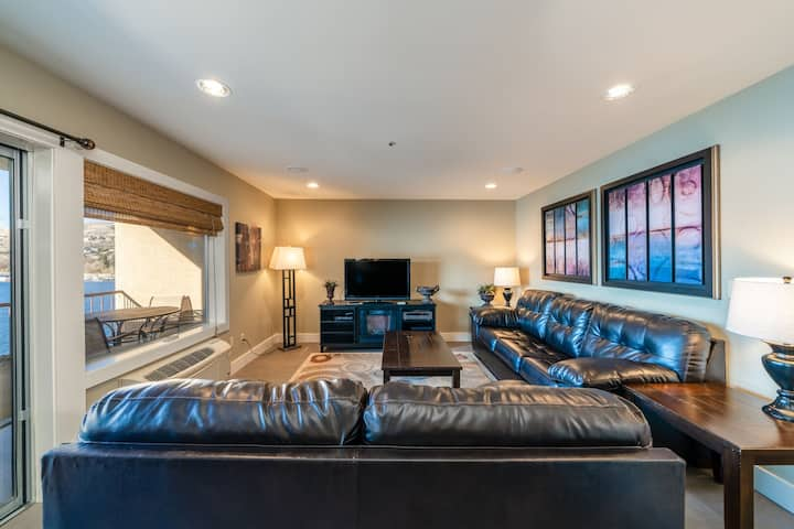 Grandview Lake View 404! Luxury 2 Bedroom Waterfront condo, sleeps up to 6!