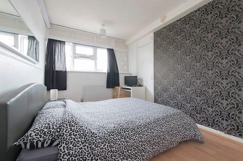 Light- Bright Lovely Double Room