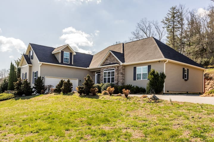 Secluded 4BR w/ Hot Tub - Near Downtown Asheville