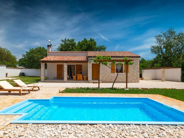 Villa with pool, big private garden, pet friendly