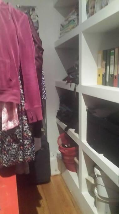 Begehbarer Kleiderschrank (Schlafzimmer 1)