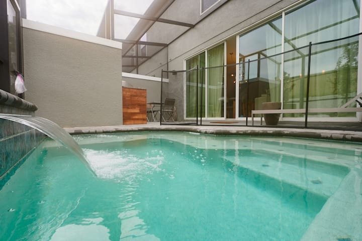 Amazing Location - Large 4BR w/ Private Pool 4423