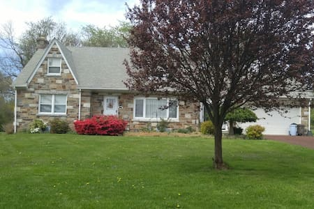Comfy, great location - Norristown - Hus