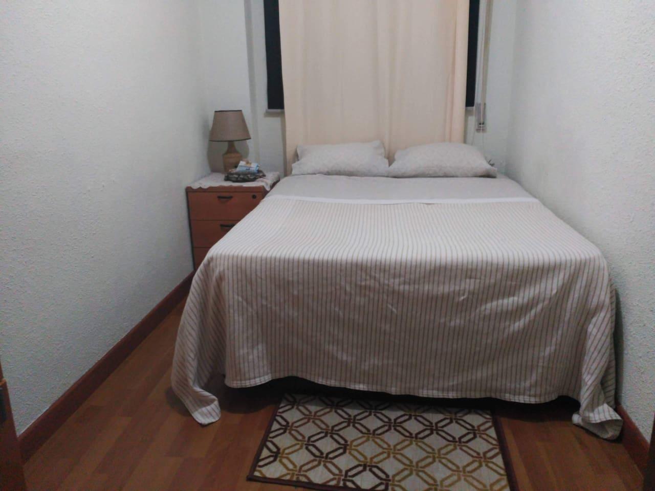 Habitación para una persona o pareja. Cuenta con una cama de 135 cm. Disponemos de secadora de pelo, plancha, planchador, etc.