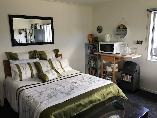 Cozy sleep-out close to Village - Mangawhai - Bed & Breakfast