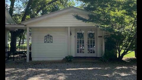 Chez Lafayette Guest Cottage in Historic Jefferson