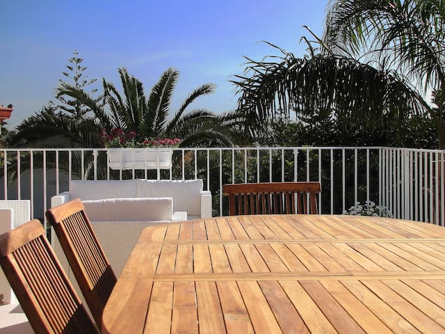 Case Sicule: Cicas,Sea View Apartment with Terrace and Garden, Private Parking, Wi-Fi