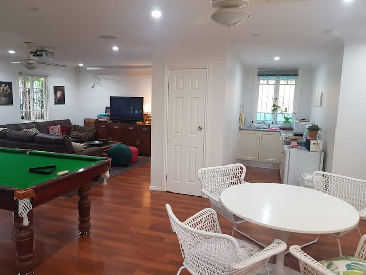 Roomy 2 bedroom house with pool near Southbank