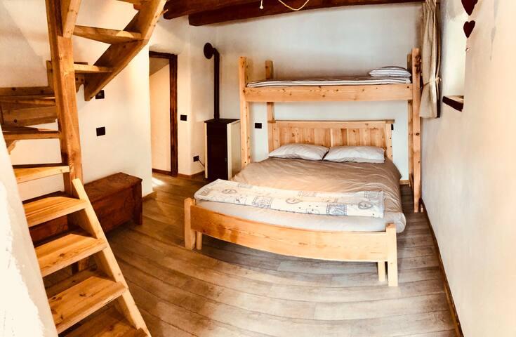 La stanza da letto con lettino sovrastante