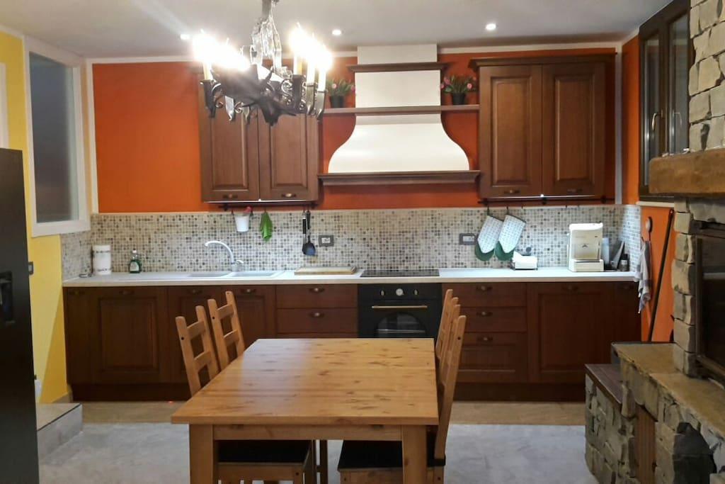 kitchen &  living area / cucina soggiorno