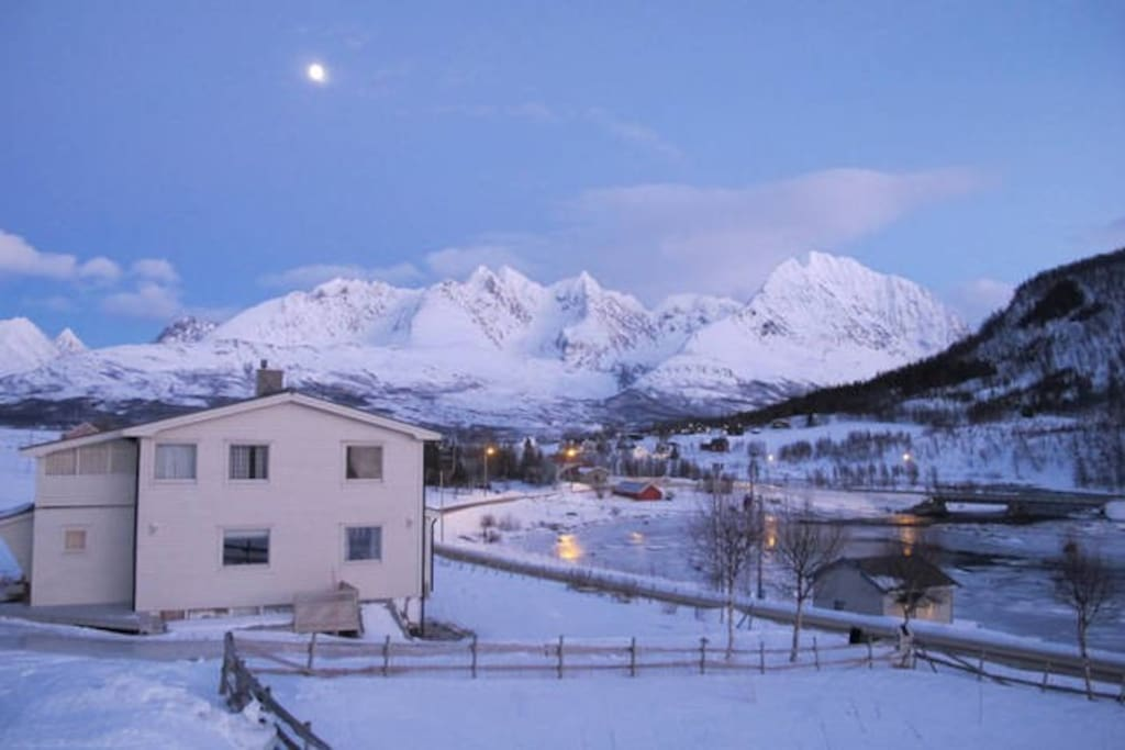 Accomodation nestled within the best Lyngen has to offer.