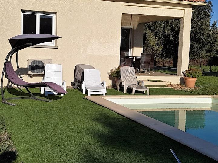 Chambre privée dans maison avec piscine au calme