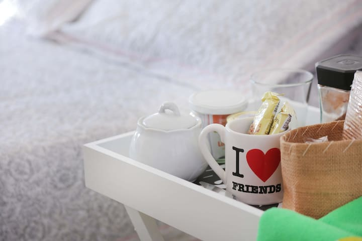 Desayuno saludable, con variedad de colaciones. Te / café.