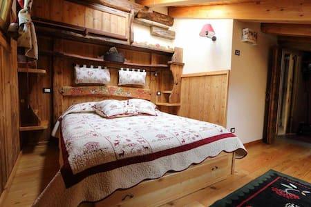 Romantica mansarda stile alpino: La Cincia